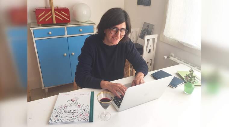 la-periodista-i-escriptora-natza-farre-amb-una-copa-de-vi-do-catalunya-a-casa-seva-amb-el-seu-nou-llibre-5e92d75de6b62